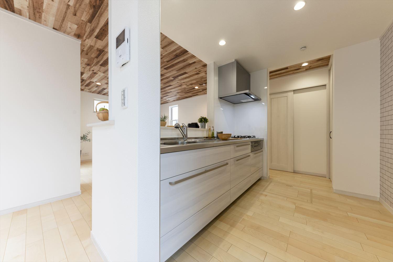 左右どちらからも行き来できる対面式キッチン。サブウェイタイル風アクセントクロスが空間を彩りお店のようなキッチンに。
