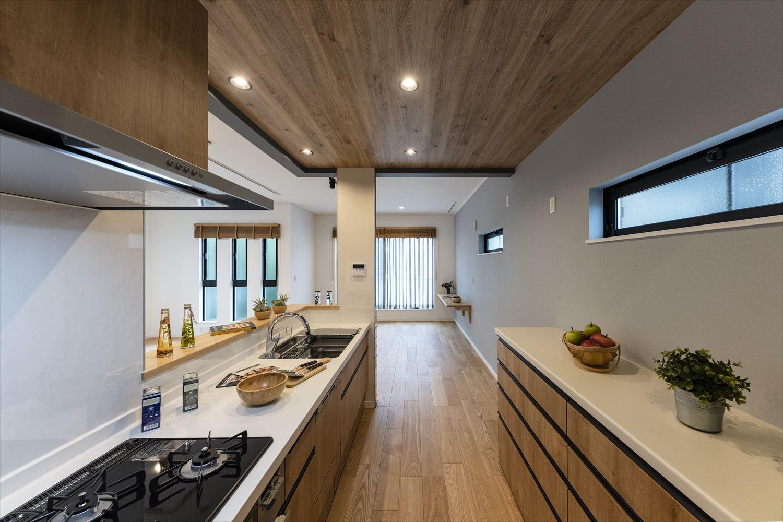 タッチレス水栓、食洗器を設えたキッチン。カップボードもキッチンと合わせて、見た目も使いやすさも拘りがいっぱい。