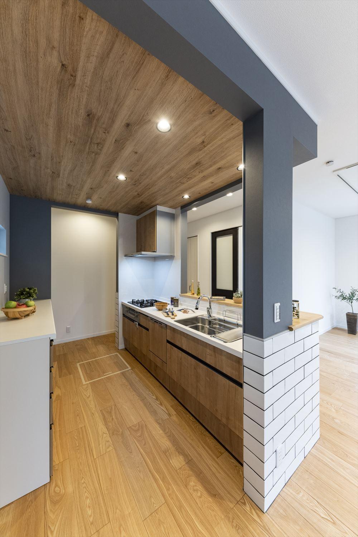 キッチン背面にはサブウェイタイルを取り入れ、まるで海外カフェのようなオシャレ空間に。