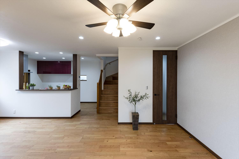 家族の帰宅が分かるリビング階段を取入れて、キッチンからもみんなと自然に顔を合わせられる家族思いの間取。