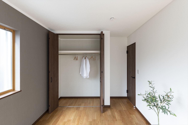 2階洋室/ダークカラーをアクセント!ナチュラル&モダンな空間に