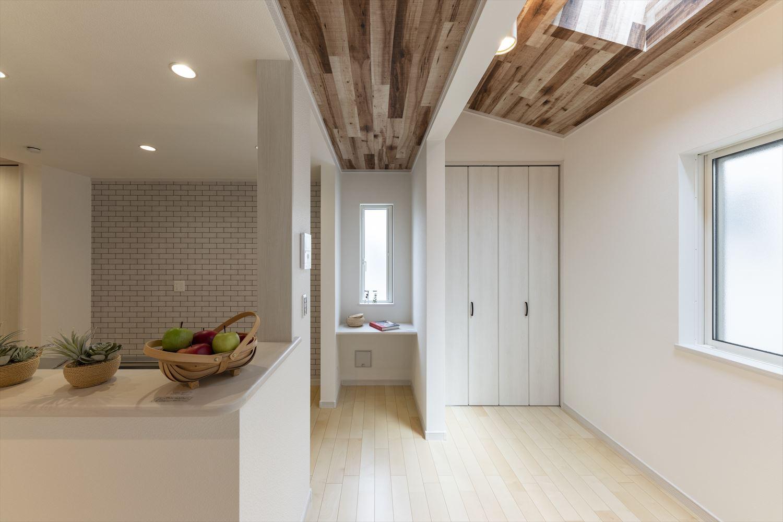 壁面の窓に比べて3倍の採光効果があるトップライトを設えたダイニング。勾配天井とも相性が良く、開放感のある空間に。