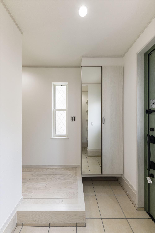 広いスペースの玄関土間や靴を履いて全身をチェックできるミラー付のシューズボックスなど、機能性に拘りいつでもきれいな場所に。