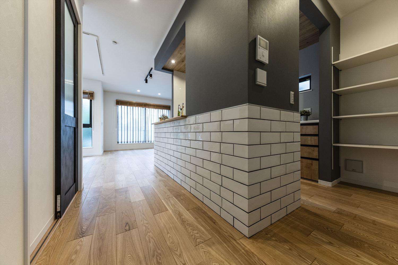キッチン脇に可動棚の収納を設置。色々な高さのキッチン家電も楽々収納可能♪