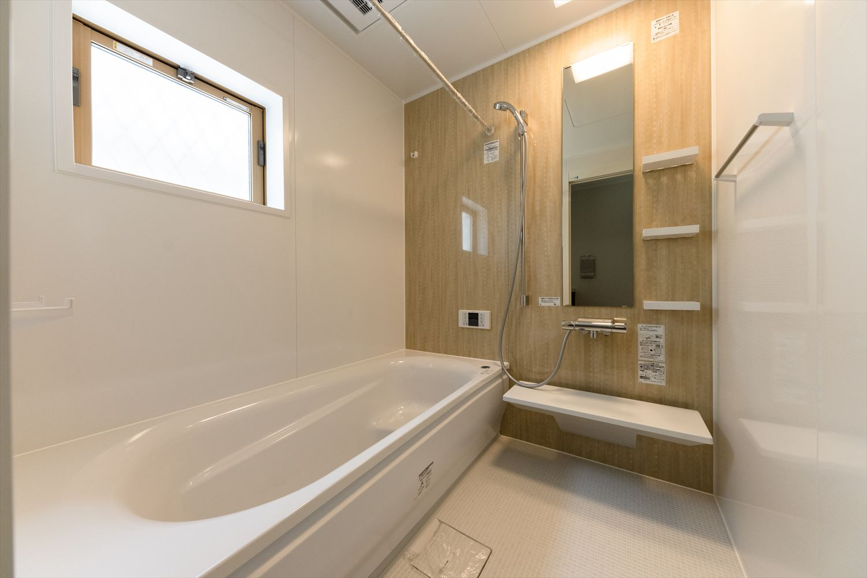 ナチュラルな木目柄のアクセントパネルが癒しの空間を演出するバスルーム。