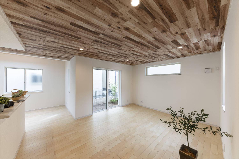 リビング/天井に木目調クロスを施し木の温もりを感じる空間に。