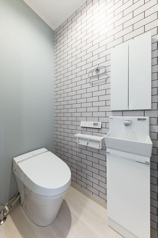 リビングに合わせたコーディネートの2階トイレ。タンクレスタイプを採用、機能的でスッキリとした空間に。