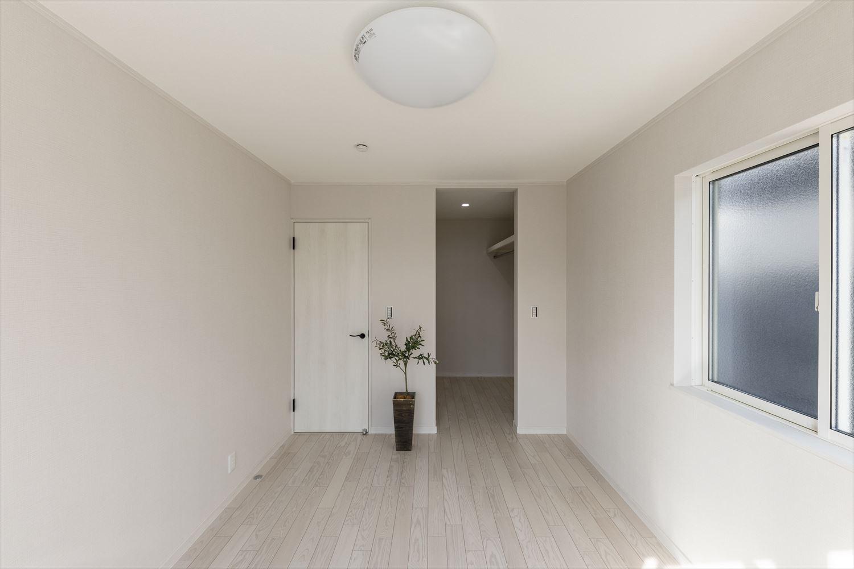 2階洋室/様々なインテリアに合わせやすい白を基調とした室内。