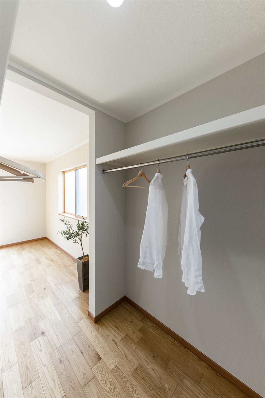 衣類の他にも季節物家電やスーツケースなどかさばる物も楽に収納できます。