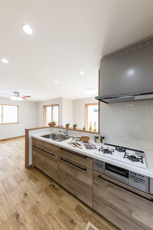 フローリングの色に合わせたオークラテのキッチン扉が一体感を生み、更にナチュラルな雰囲気に