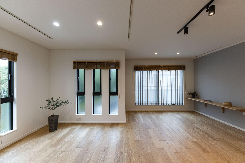 窓からたっぷりの陽光がふり注ぐ明るい2階リビング。