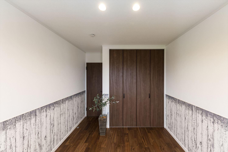 2階洋室/木目のヴィンテージクロスが印象的な室内。