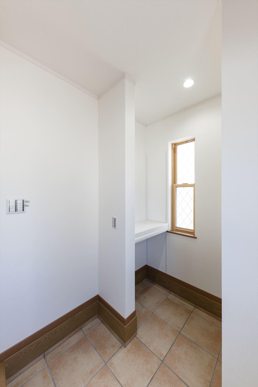 広々とした玄関。ミラー付きシュークロークの他にも2つの可動棚付きでアウトドア、スポーツ用品等かさばる物も楽々収納。