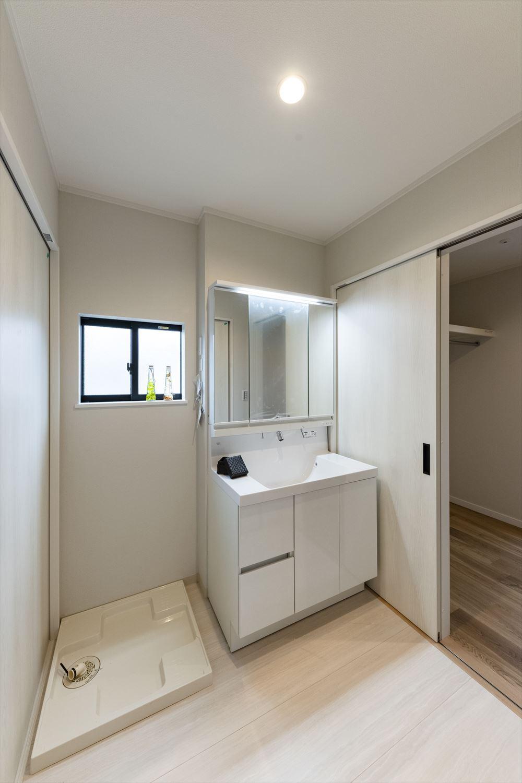清潔感のある真っ白な空間の2階サニタリールーム。