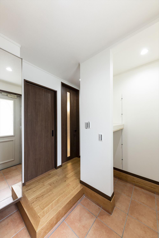 ミラー付き玄関収納の他、土間スペースに可動棚付き収納を設置。