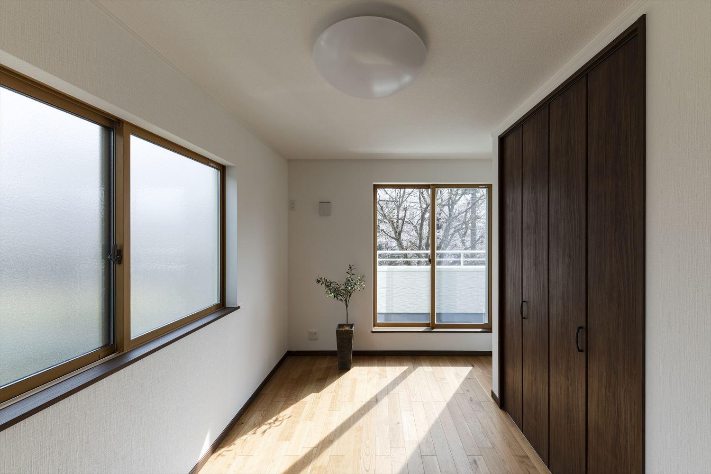 2面採光の明るい洋室。明るい部屋はそれだけで気分が晴れやかになります。