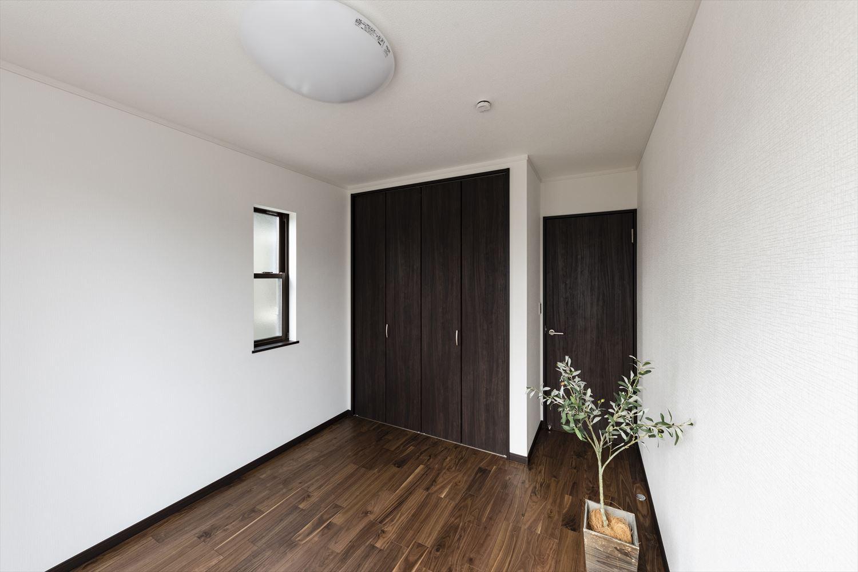 2階洋室/リビング同様白を基調にダーク色を配した落ち着きのある空間。