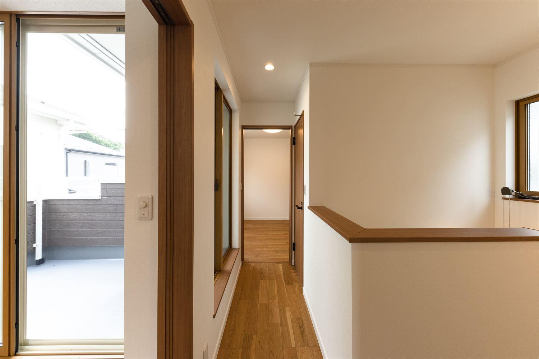明るくナチュラルな雰囲気の階段スペース。