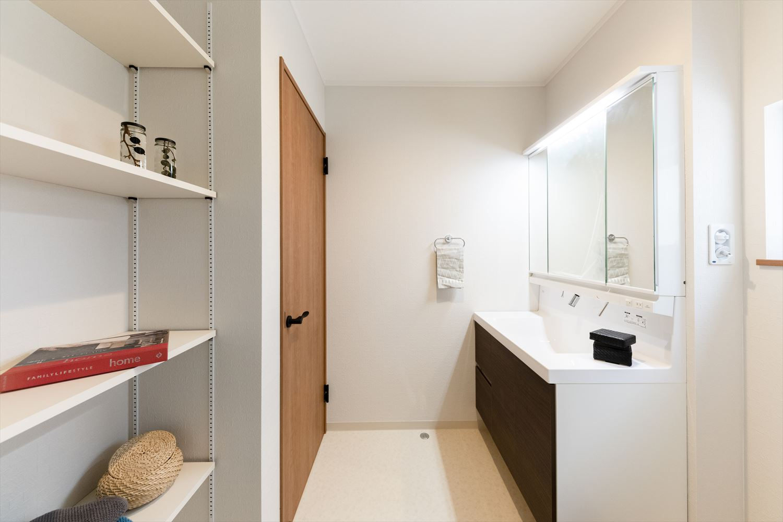 可動式のリネン棚を設置し、タオルや洗剤等も楽々収納