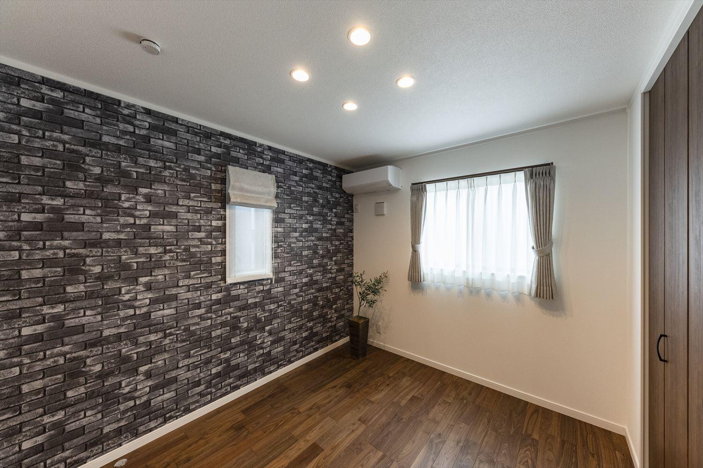 2階洋室/石積み調のアクセントクロスが印象的な室内。