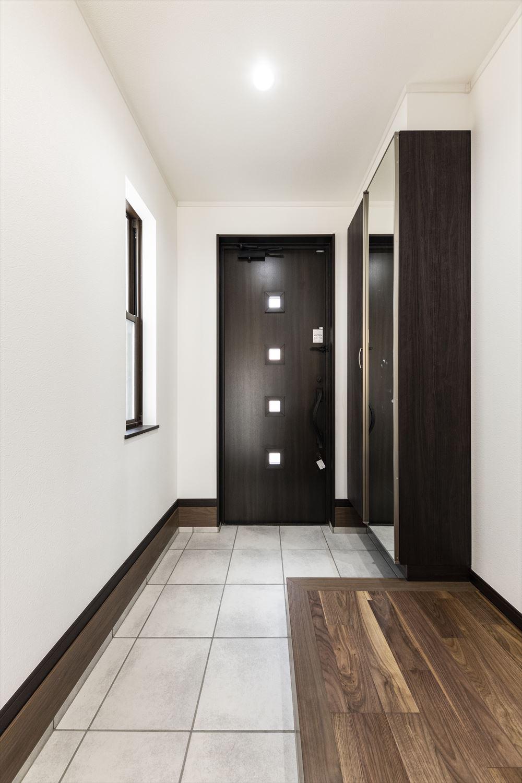 広いスペースの玄関土間や靴を履いて全身をチェックできるミラー付のシューズボックスなど、機能性も重視した玄関。