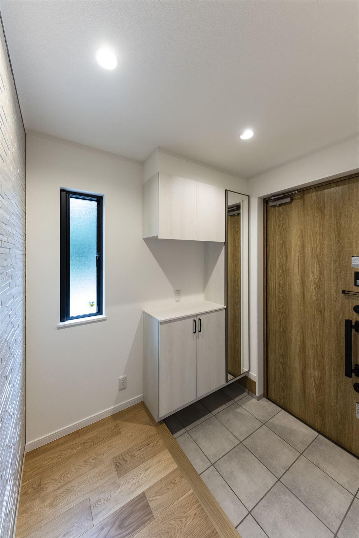 シュガーオークの玄関ドアがナチュラルな雰囲気を演出。