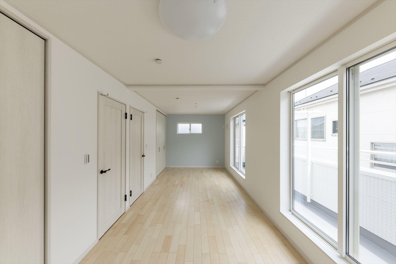広々とした2ドア1ルームの2階洋室。お子様の成長に合わせて2部屋に仕切って使うことが可能なフレキシビリティに富んだ間取り。