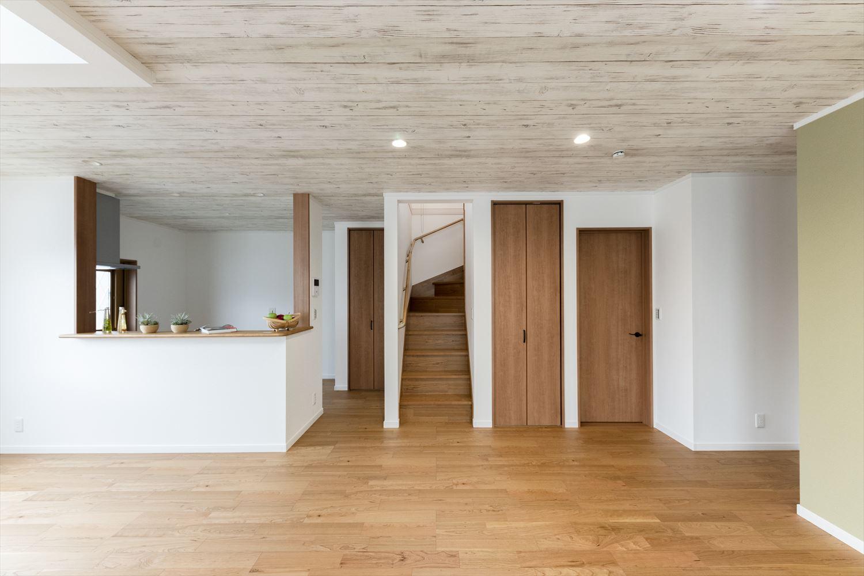 「玄関→リビング→階段→2階へ」リビングを必ずと通って2階へ。家族が自然と顔を合わせるリビングイン階段を採用。