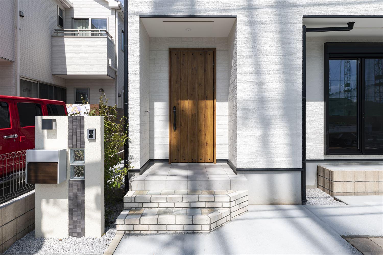 マキアートパインの玄関ドアがナチュラルな雰囲気を演出