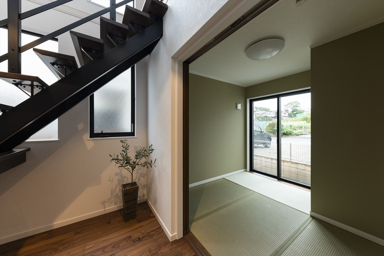 畳と壁のさわやかな緑が空間を彩る1階畳敷スペース。