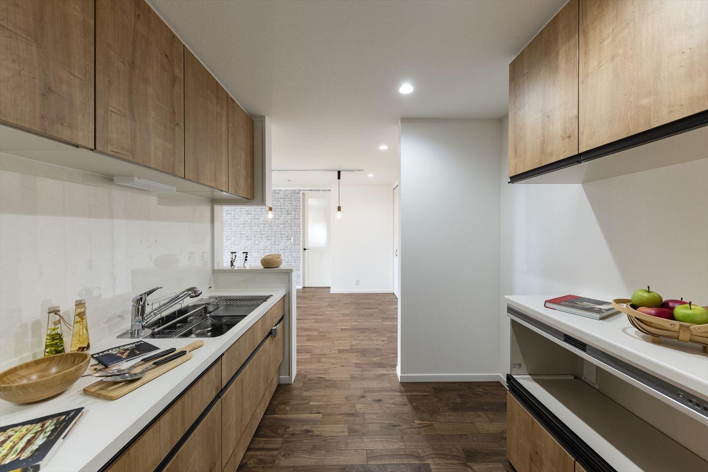 調理に伴う煙や臭いが他のお部屋に付きにくく、来客などの人目を気にせずに調理ができる独立スペースのキッチン。