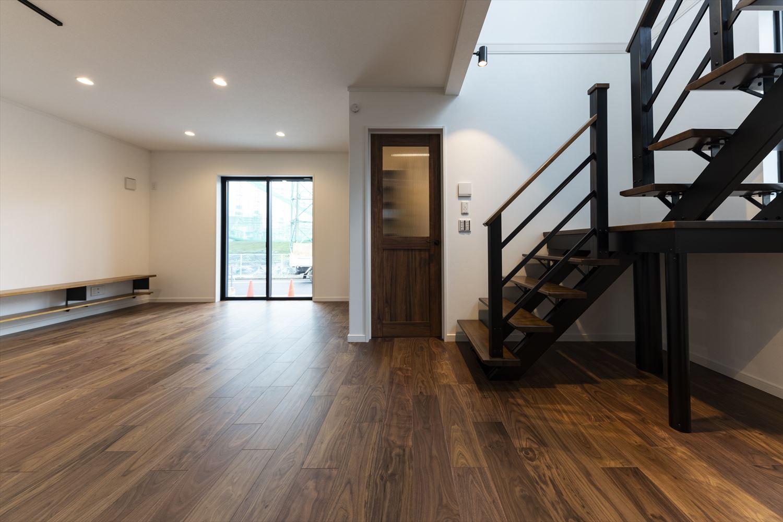 リビングと玄関、二階を繋ぐスペースにはスリット階段&吹き抜けを採用。