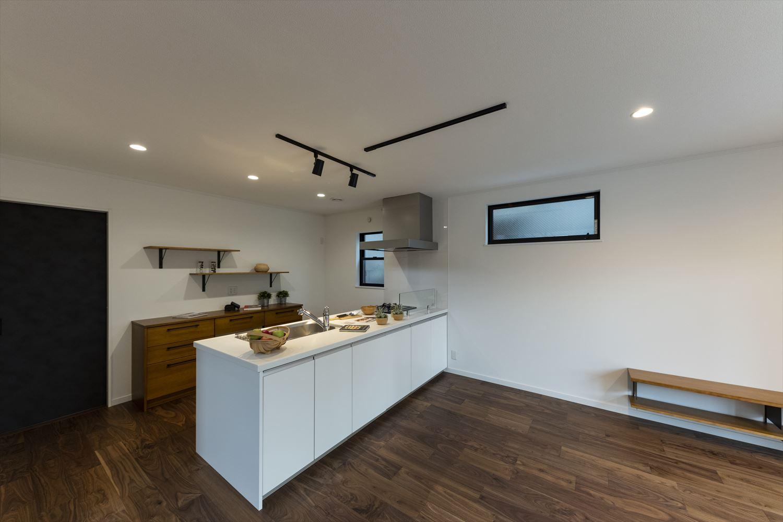 ビルトインオーブンレンジ、食器洗い乾燥機機、おしゃれな背面収納やダイニング側収納など、見た目と使いやすさに拘ったキッチンスペース