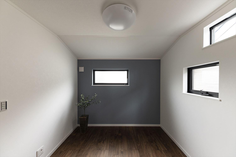 モノトーンカラーの壁紙がモダンな雰囲気を演出する二階洋室。