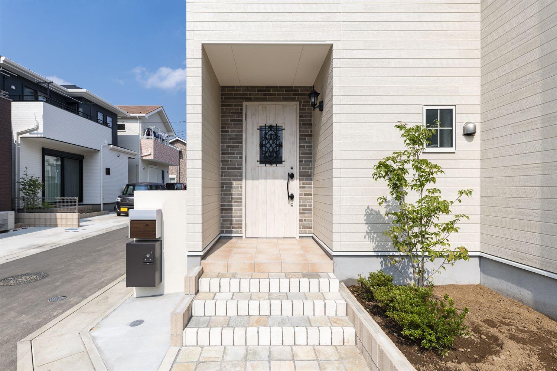 白い木目調にブリック柄をあしらったナチュラル&モダンな家