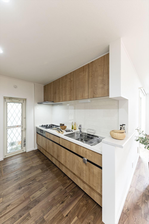 木のやさしい風合いの扉カラーで清潔感のあるキッチン。