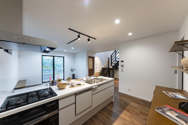 憧れの対面式ペニンシュラ型キッチンを採用