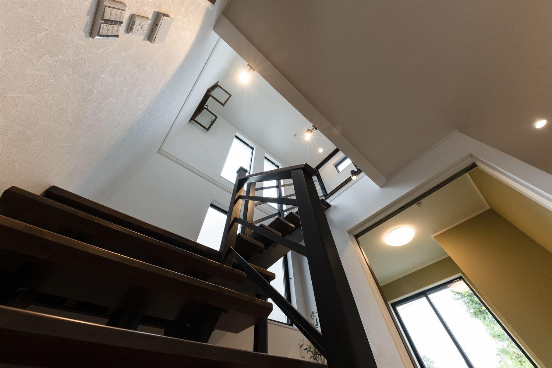 二階主寝室には風や光を取り込む「室内窓」を設置