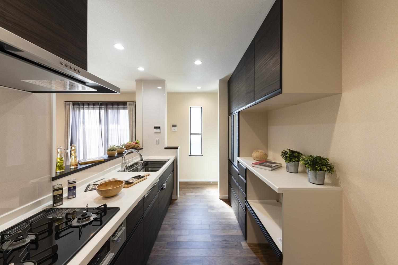 キッチン、カップボード共にLIXILのアレスタを採用したキッチンスペース。