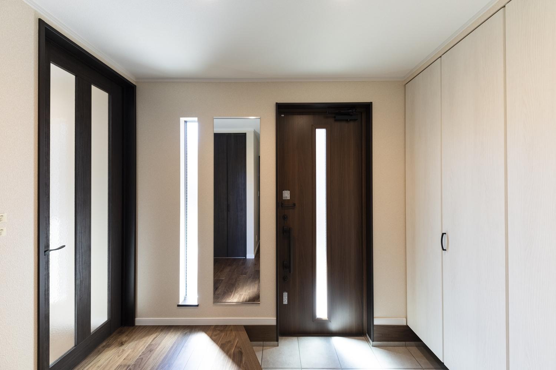 スリット窓から自然の光が差し込み、明るいゆとりのある玄関スペース。