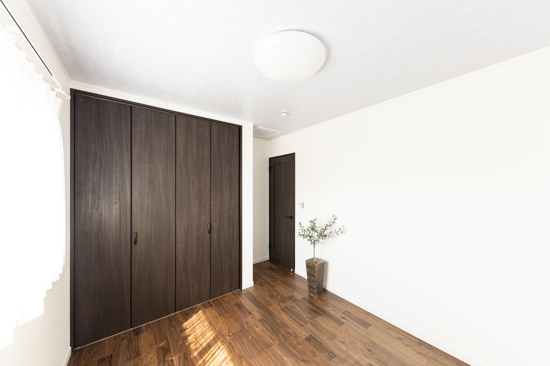 ダークカラーを差し色に、品よくシックにまとめたコーディネートの2階洋室。