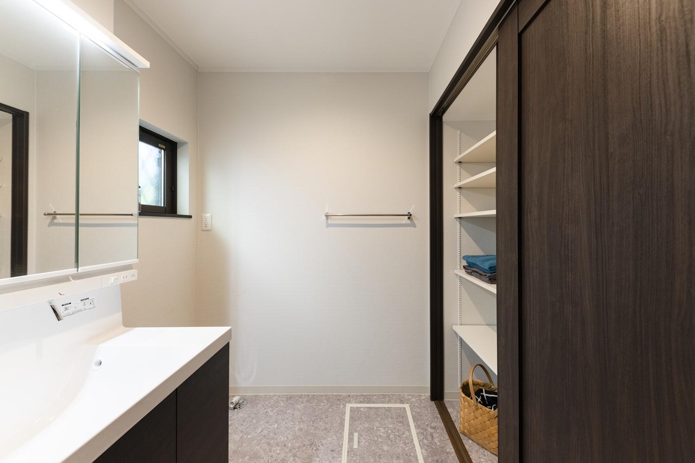 タオルや洗剤等を沢山収納できる可動式のリネン庫。扉付きタイプで見た目もすっきりとした空間に。