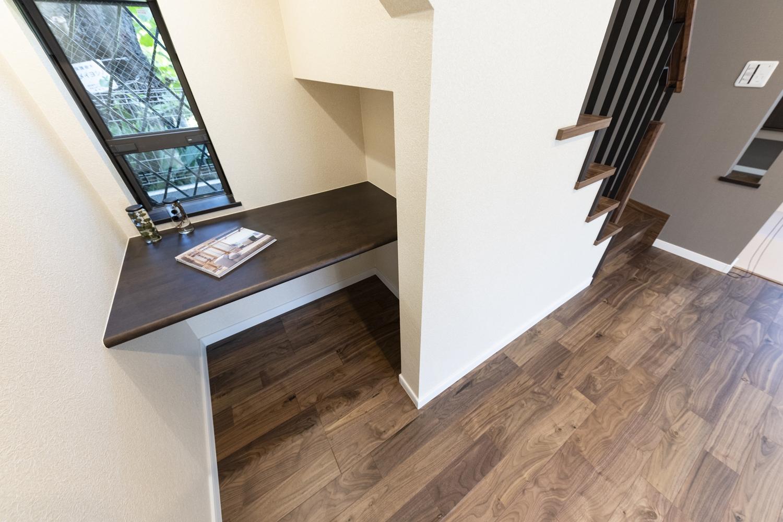 階段下に作られたユーティリティスペース。家事の合間に読書を楽しんだりお子様のスタディコーナーとして活用することがきます。