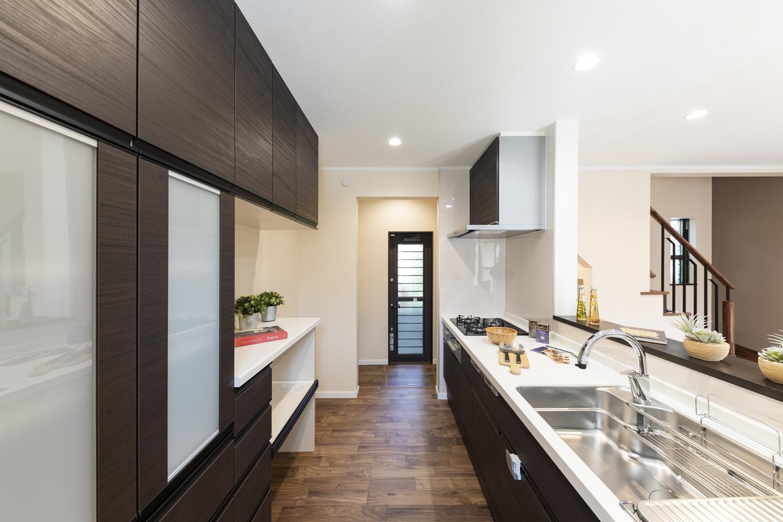 キッチンと勝手口の間に設えたパントリー。置いたものが一目でわかり、しまい込んだまま忘れる心配もなくなる便利なスペース。