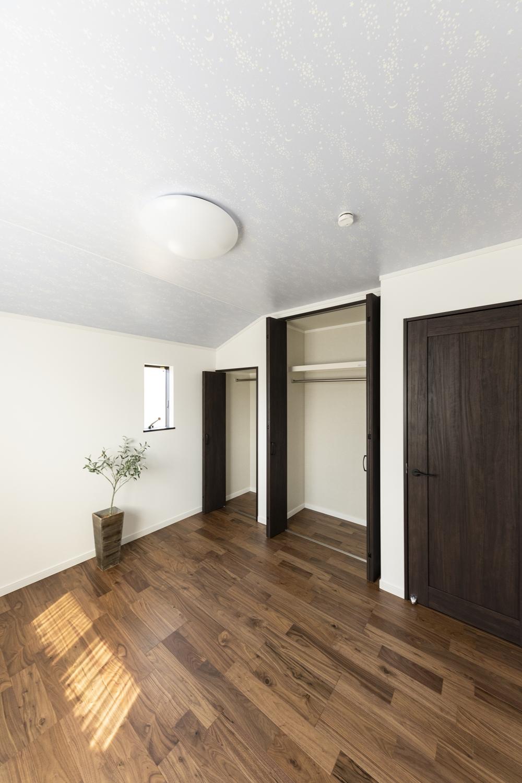 サンゲツの蓄光クロスを天井にあしらった洋室。