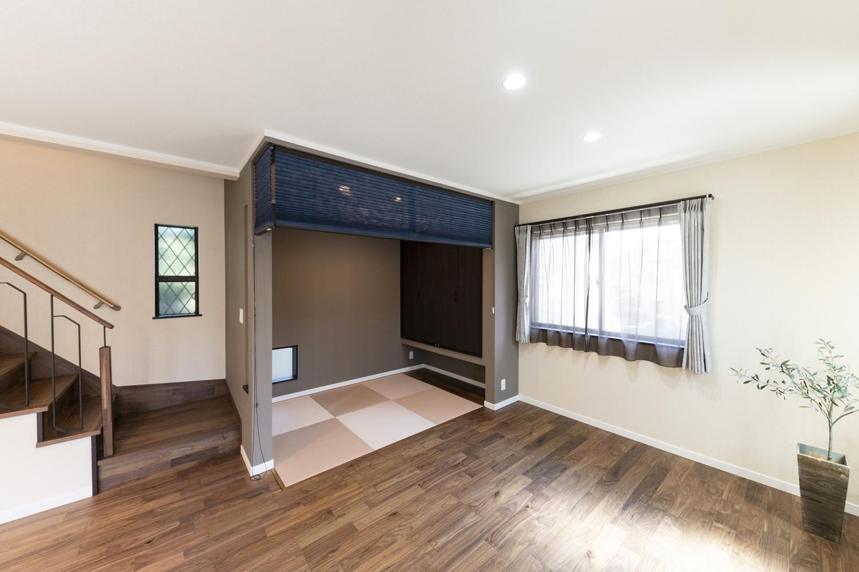 客間やリラックススペースとして、洋風の空間に馴染んだモダンな畳スペース。