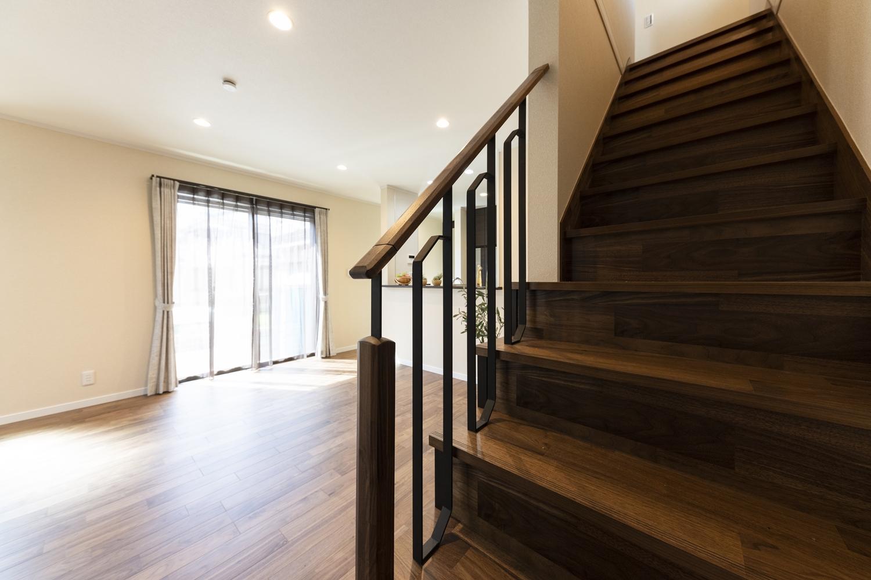 お子様の帰宅が分かるリビングイン階段。「ただいま」や「おかえり」の笑顔が自然と生まれる間取りです。