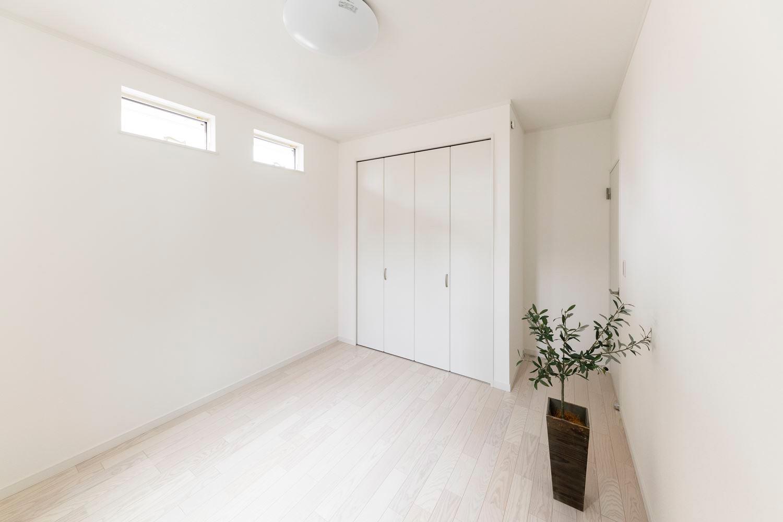 2階同様白を基調とした1階洋室。淡いダマスク柄のアクセントクロスで気品のあるお部屋に。