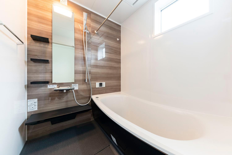 木目の自然な風合いのアクセントパネルが空間に温もりをあたえるバスルーム。