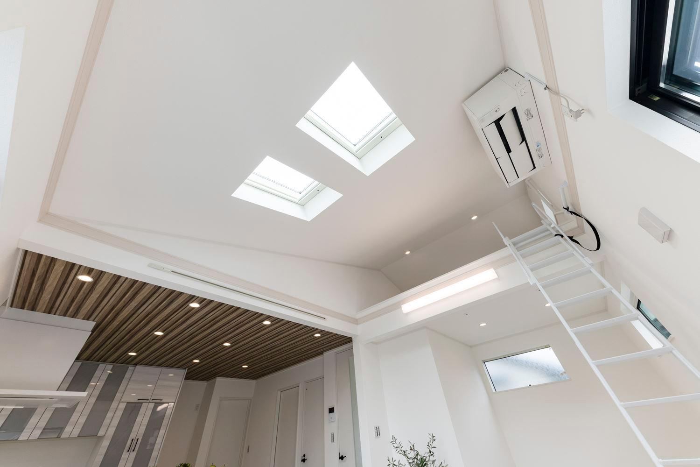 勾配天井、トップライト、ロフト、デザインも機能もいっぱい。約20帖の開放的で明るい2階リビング。